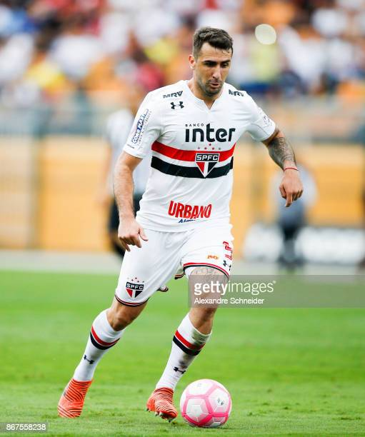 Lucas Pratto of Sao Paulo in action during the match between Sao Paulo and Santos for the Brasileirao Series A 2017 at Pacaembu Stadium on October 28...