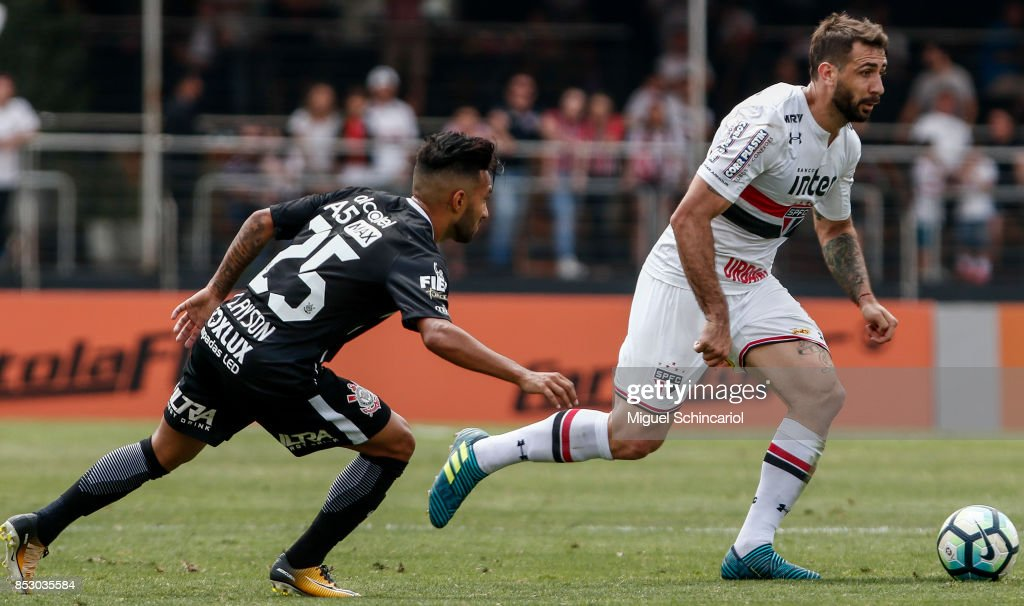 Lucas Pratto (R) of Sao Paulo vies for the ball with Clayson of Corinthians during the match between Sao Paulo and Corinthians for the Brasileirao Series A 2017 at Morumbi Stadium on September 24, 2017 in Sao Paulo, Brazil.