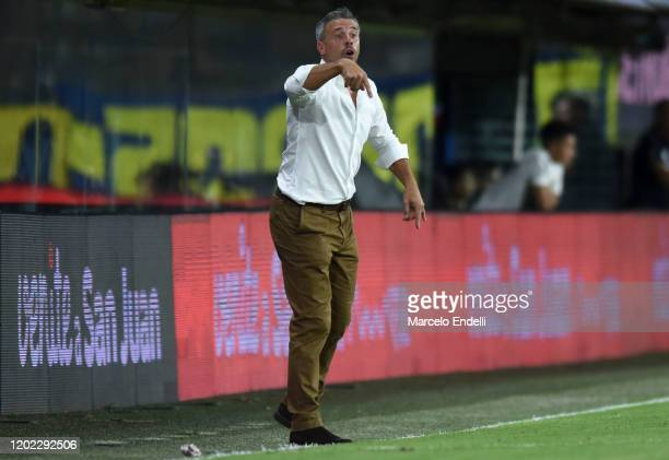 Lucas Pusineri coach of Independiente gives instructions to his players during a match between Boca Juniors and Independiente as part of Superliga...