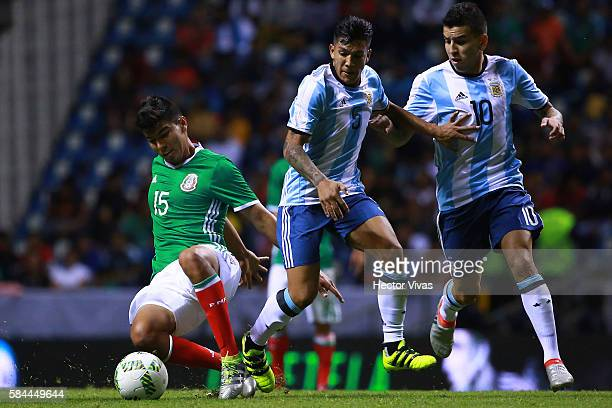 Lucas Romero and Angel Correa of Argentina struggles for the ball with Erick Gutierrez of Mexico during an U23 International Friendly between Mexico...