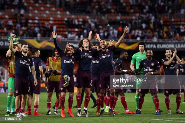 Lucas Torreira Matteo Guendouzi and PierreEmerick Aubameyang of Arsenal celebrate victory with teammates after the UEFA Europa League Semi Final...
