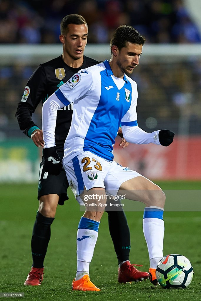 Lucas Vazquez (L) of Real Madrid and Omar Ramos of Leganes competes for the ball during the La Liga match between CD Leganes and Real Madrid at Estadio Municipal de Butarque on February 21, 2018 in Leganes, Spain.Ê