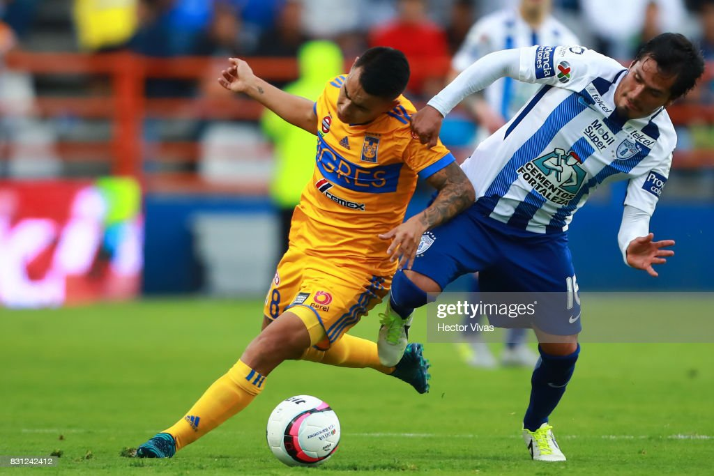 Lucas Zelarayan of Tigres struggles for the ball with Jorge Hernandez of Pachuca during the 4th round match between Pachuca and Tigres UANL as part of the Torneo Apertura 2017 Liga MX at Hidalgo Stadium on August 12, 2017 in Pachuca, Mexico.