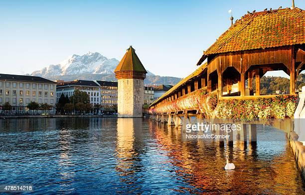 Luzern, Schweiz Reuss Chapel bridge im Morgengrauen mit Mount Pilatus