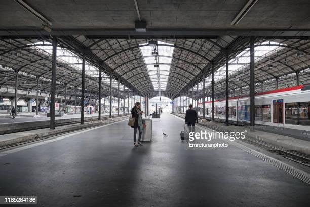 lucerne train station with a few passengers. - emreturanphoto fotografías e imágenes de stock