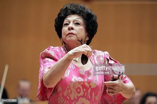 Lucero Tena; Musikerin, Kastagnetten; Mexiko / Spanienmit dem Strauß-Festival-Orchester Wien in der Kölner Philharmonie