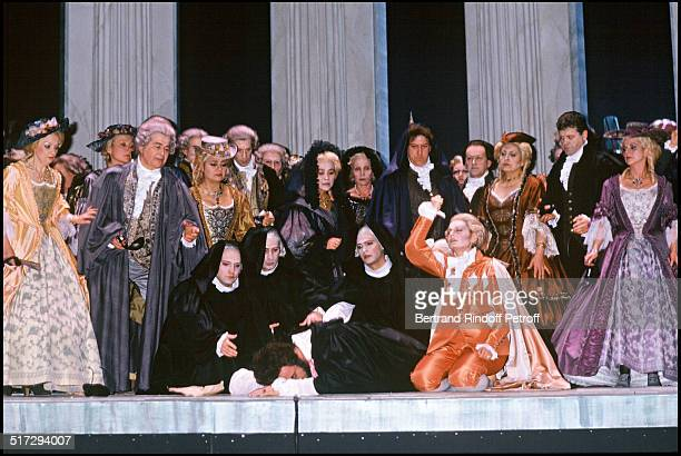 Luciano Pavarotti and the singers at the Bastille opera in Paris