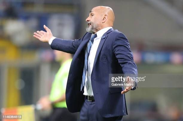 Luciano Spalletti manager of FC Internazionale shouts instructions to his players during the Serie A match between FC Internazionale and Empoli FC at...