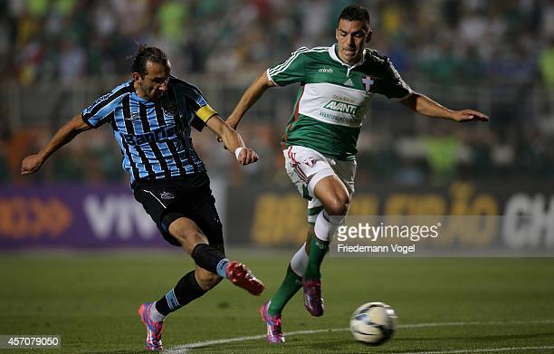 Lucio of Palmeiras fights for the ball with Barcos of Gremio during the match between Palmeiras and Gremio for the Brazilian Series A 2014 at Estadio...