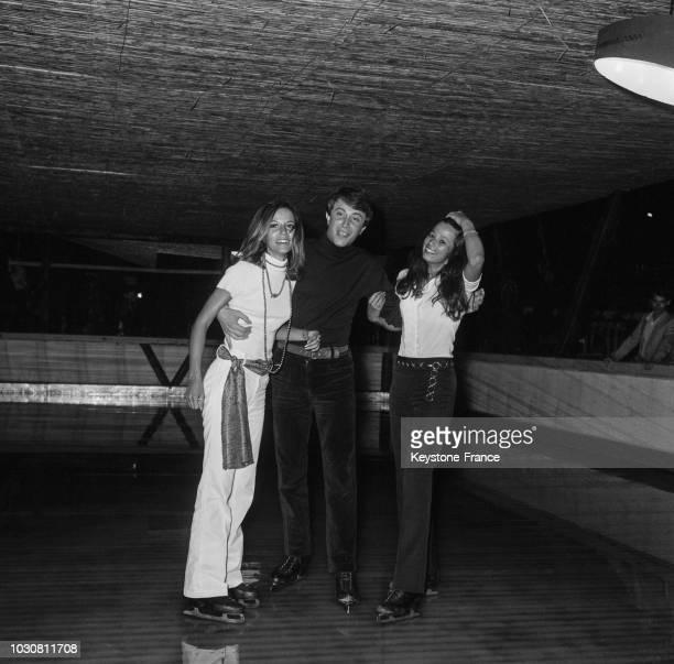 Lucky Blondo entouré du mannequin MarieDominique Fournier et de la nièce du Prince Norodom du Cambodge sur la patinoire de La Siesta à Antibes en...