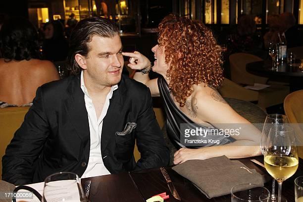 Lucy Diakowska Und Gregor Nebel Beim Charity Dinner Zu Gunsten Lebensherbst E V Im Uma Restaurant Im Hotel Adlon In Berlin Am 041010