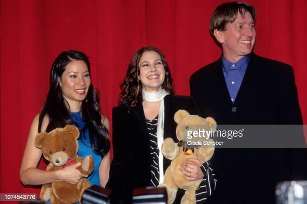 Lucy Liu, Drew Barrymore and Jürgen Schau attend the 'Charlies Angels' Premiere in November, 2000 in Berlin, Germany.