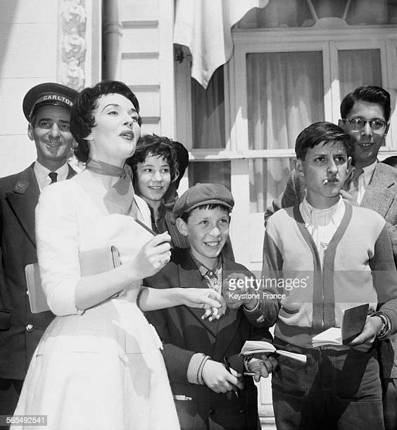 Ludmila Tcherina signant des autographes à de jeunes admirateurs à l'hôtel Carlton pendant le Festival international du film à Cannes France en 1956