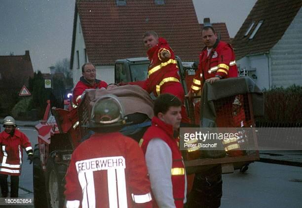 Ludmilla Lengle FeuerwehrmännerMitarbeiter des Deutschen Roten Kreuzes Außergewöhnliche GeburtBremervörde Baukran Uniform SchwangerSchwangere