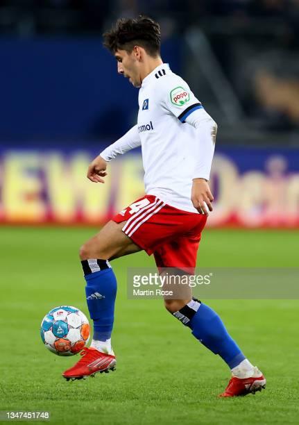 Ludovit Reis of Hamburger SV controls the ball during the Second Bundesliga match between Hamburger SV and Fortuna Düsseldorf at Volksparkstadion on...