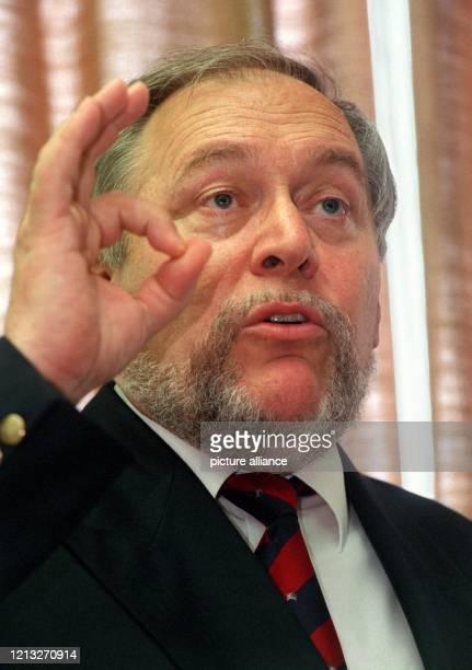 Ludwig Aumüller, Geschäftsführer der Nukem Hanau GmbH, gestikuliert am 8.6.1998 in Hanau während einer Pressekonferenz. Über einen angeblich schweren...