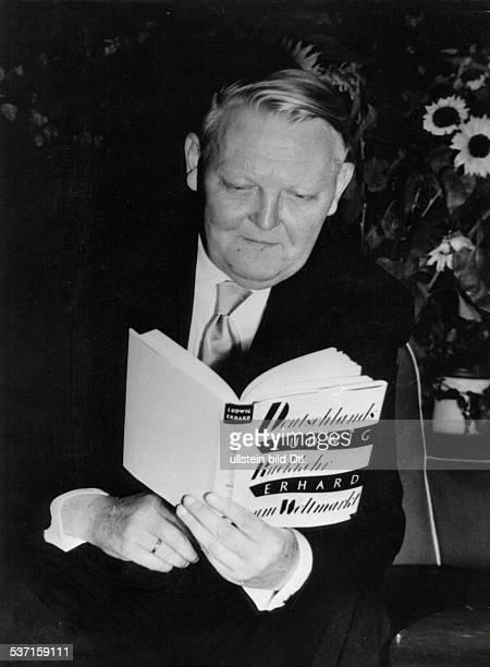 Ludwig ErhardLudwig Erhard Politiker CDU D Bundeswirtschaftsminister mit seinem Buch 'Rückkehr zum Weltmarkt' 1953