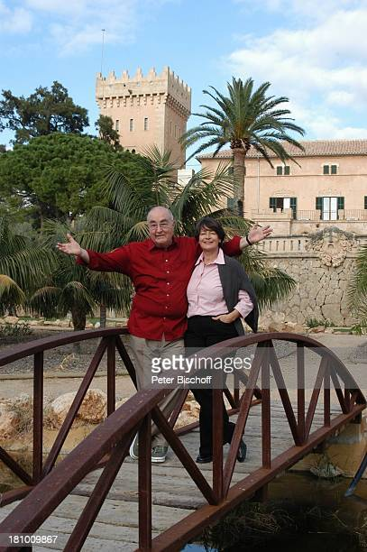 Ludwig Haas, Ehefrau Marianne, Urlaub, Andratx/ Insel Mallorca / Spanien/ Europa, , Mittelmeer, Brücke, Geländer, Frau, Schauspieler, Promis,...