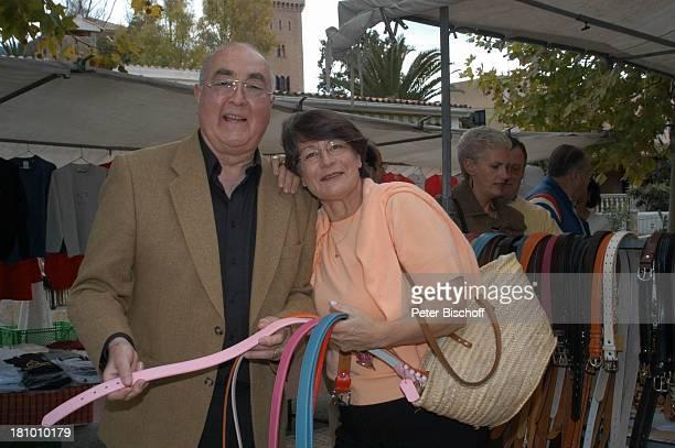 Ludwig Haas, Ehefrau Marianne, Urlaub, Andratx/ Insel Mallorca / Spanien/ Europa, , Mittelmeer, Markt, Gürtel, Hosengürtel, Frau, Schauspieler,...