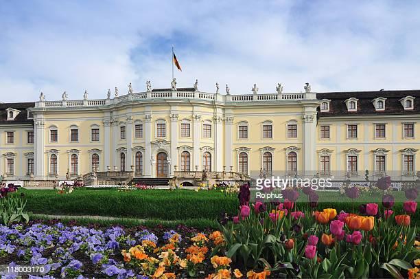 Ludwigsburg Palace mit farbenfrohen barocken Garten im Frühling