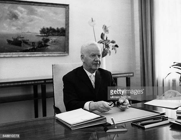 Luebke Heinrich Politician D *14101894 President of the Federal Republic of Germany from 1959 to 1969 Portrait in the Berlin castle of Bellevue the...
