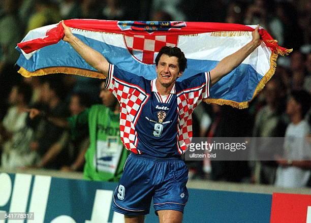 Sportler Fussball KroatienFussballWM in Frankreich Viertelfinalein Lyon Deutschland Kroatien 03 läuft nach dem Sieg mit der kroatischenFahne eine...
