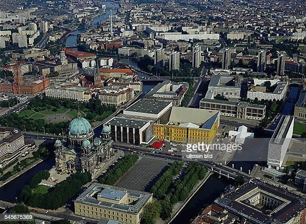 Luftaufnahme Blick über Spree Museumsinsel DomMarxEngelsPlatz mit der Fassade desStadtschlosses bemalt von CatherineFeff Palast der...