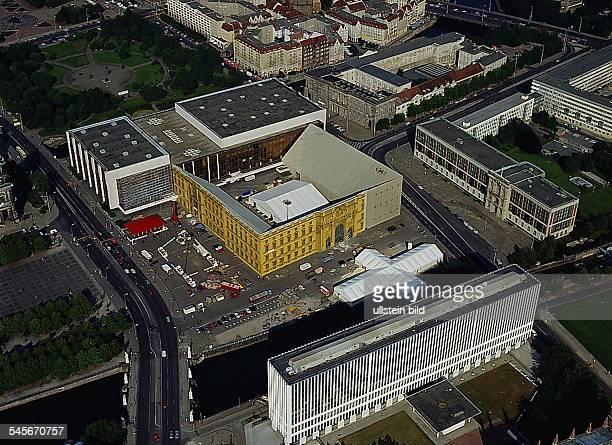 Luftaufnahme Blick über Spree SchlossbrückeMarxEngelsPlatz mit derFassade des Stadtschlosses bemalt vonCatherine Feff Palast der...