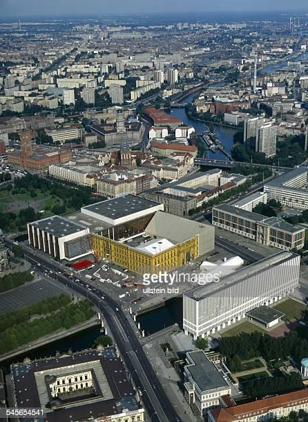 Luftaufnahme Blick über Spree Unter den LindenSchlossbrücke MarxEngelsPlatz mit derFassade des Stadtschlosses bemalt vonCatherine Feff Palast der...
