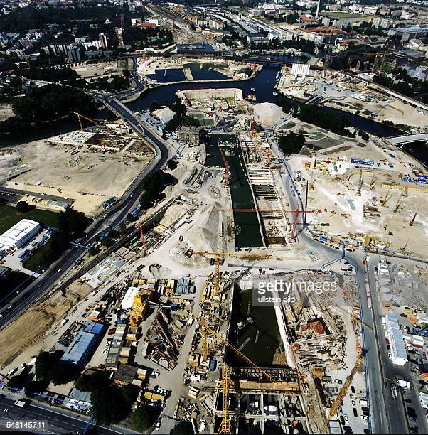 Luftaufnahme: Bau des unterirdischen Verkehrsnetzes am Spreebogen: In der Bildmitte die Trasse des Bahntunnels, im Hintergrund der Lehrter Bahnhof,...