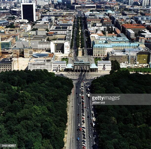 Luftaufnahme; Blick über das Brandenburger Tor und den Pariser Platz die Strasse Unter den Linden entlang