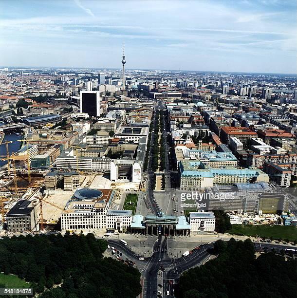 Luftaufnahme; Blick über das Brandenburger Tor und den Pariser Platz die Strasse Unter den Linden entlang in Richtung Fernsehturm am Alexanderplatz
