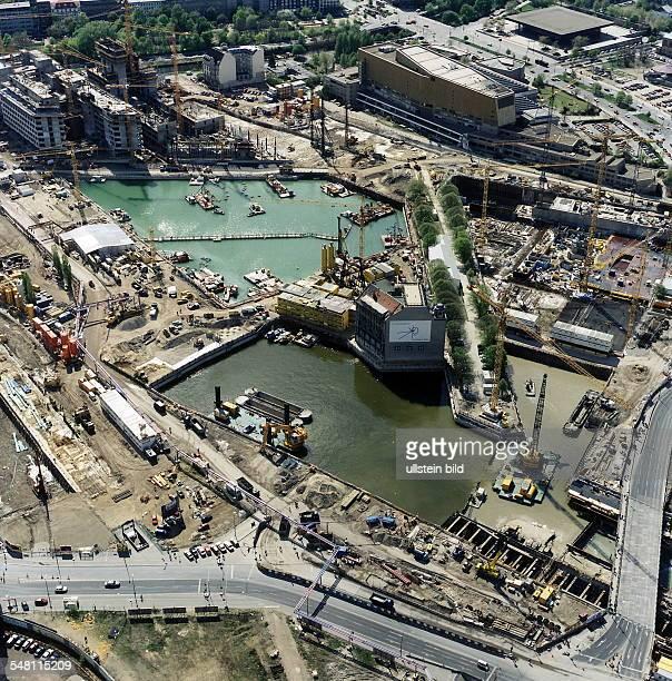 Luftaufnahme Blick vom Standort der InfoBox in Richtung Staatsbibliothek Bildmitte das Weinhaus Huth umgeben von Wasser links oben der Rohbau von...