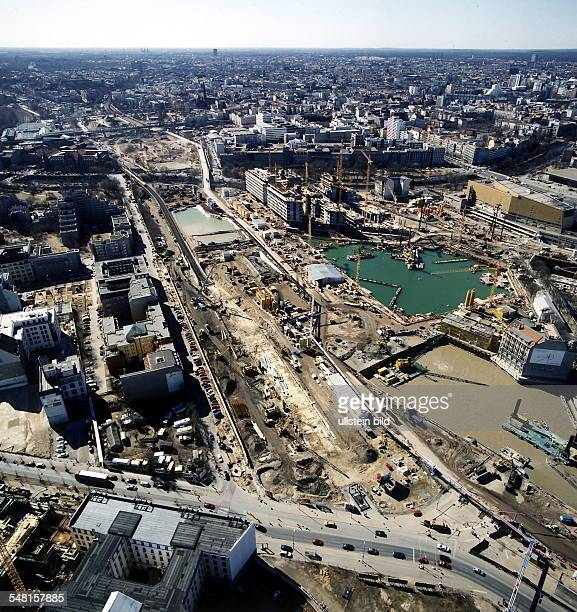 Luftaufnahme Blick vom Standort der InfoBox in Richtung Kreuzberg Landwehrkanal Unterer Bildrand Leipziger Strasse links im Bild Randbebauung...