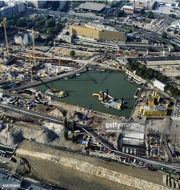 Luftaufnahme Blick von Ost nach West in Richtung Staatsbibliothek auf die Ausschachtungsarbeiten von Debis/Daimler Benz Rechter Bildrand Weinhaus Huth
