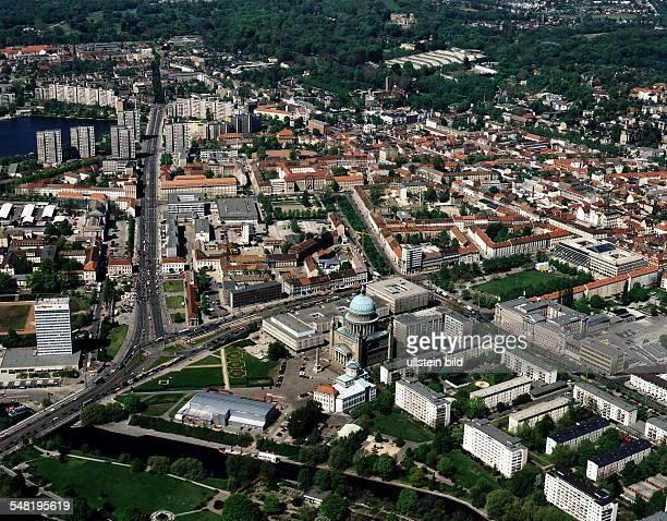 Luftaufnahme der Innenstadt; im Vordergrund die Nikolaikirche; im Hintergrund Schloss und Park Sanssouci - Juli 1997