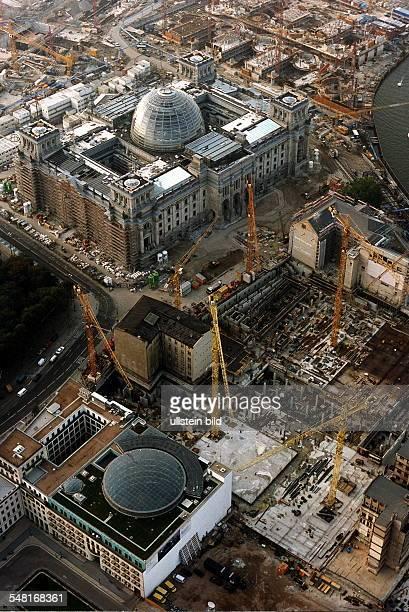 Luftaufnahme der Umbauarbeiten nach Plänen von Norman Foster im Vordergrund die Baustelle vom JakobKaiserHaus ganz vorn die Dresdner Bank mit einem...