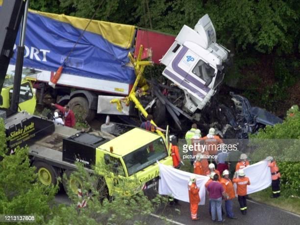 Luftaufnahme der Unfallstelle auf der Bundesstraße 76 bei Eutin am 1752000 Mindestens elf Menschen kamen hier ums Leben als ein Sattelzug mit zwei...