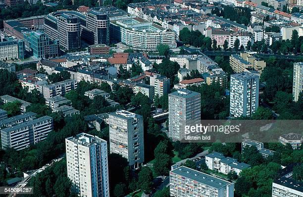 """Luftaufnahme des südlichenHansaviertel, 1957 zur """"InternationalenBauausstellung"""" entstanden; imHintergrund das Technologiezentrum am Spreebogen - 1998"""
