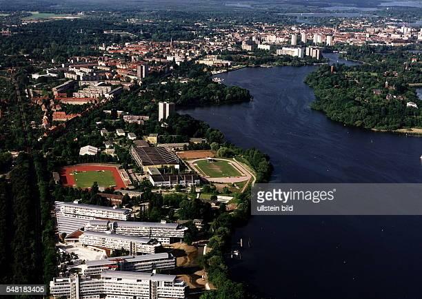 Luftaufnahme des Sitzes des Ostdeutschen Sparkassen- und Giroverbandes und der Landesbausparkasse Ost; dahinter das ehemalige Olympia-Zentrum Potsdam...