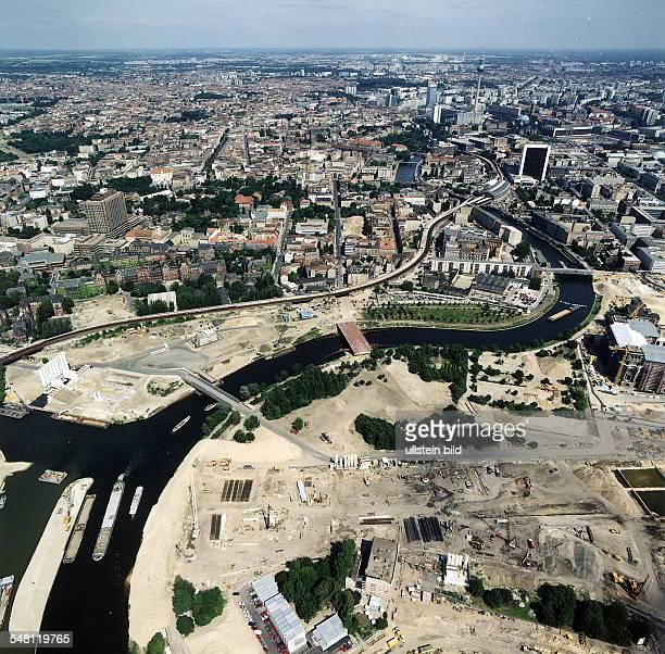Luftaufnahme des zukünftigen Regierungsviertel am Spreebogen Blick von West nach Ost in Richtung Berlin Mitte rechter Bildrand Mitte - der Reichstag