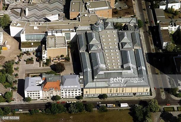 Luftaufnahme; rechts die Gemäldegalerie, links das Palais Gonthard ; am oberen Bildrand: rechts ein Teil des Kupferstichkabinetts und der...