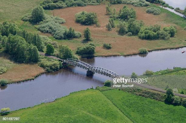 Luftaufnahme von Eisenbahnbrücke am Fluss Hamme in Hammeniederung bei Worpswede Teufelsmoor Niedersachsen Deutschland Europa Künstlerdorf...