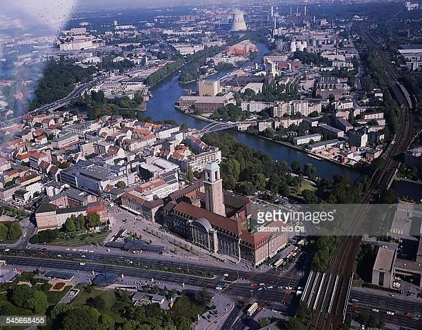 Luftaufnahme von ZentralSpandau mit demRathaus rechts die Einmündung der SpreeSophienwerder oben das Kraftwerk Reuter 1989