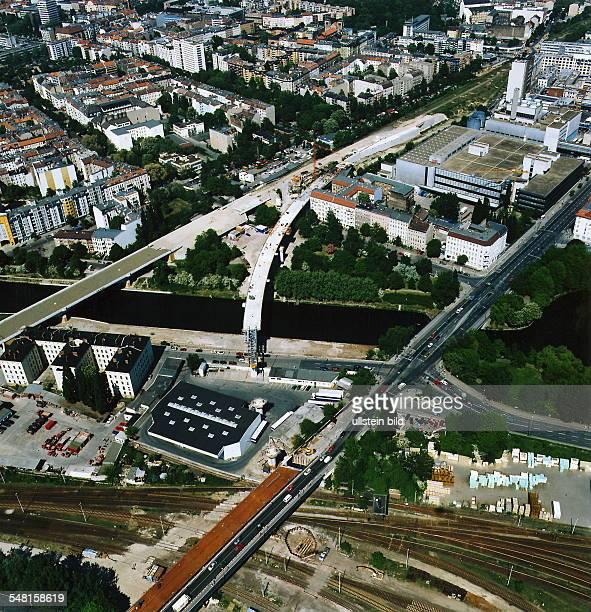 Luftaufnahme: vorn die Gleisanlagen vom Hamburger und Lehrter Containerbahnhof; darüber die Fennbrücke; links der Neubau einer Eisenbahnbrücke und...