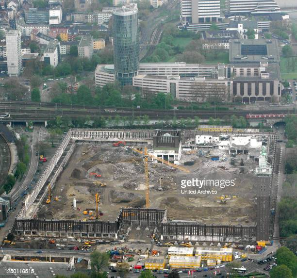 """Luftbild der """"Rheinhallen"""" in Köln-Deutz - Luftaufnahme der Baustelle Messehallen - Abriss und Umbau zur RTL Zentrale."""