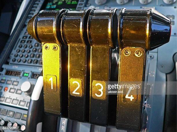 Luftfahrt Flugverkehr Cockpit Airbus A340 Schubhebel fuer die vier Triebwerke