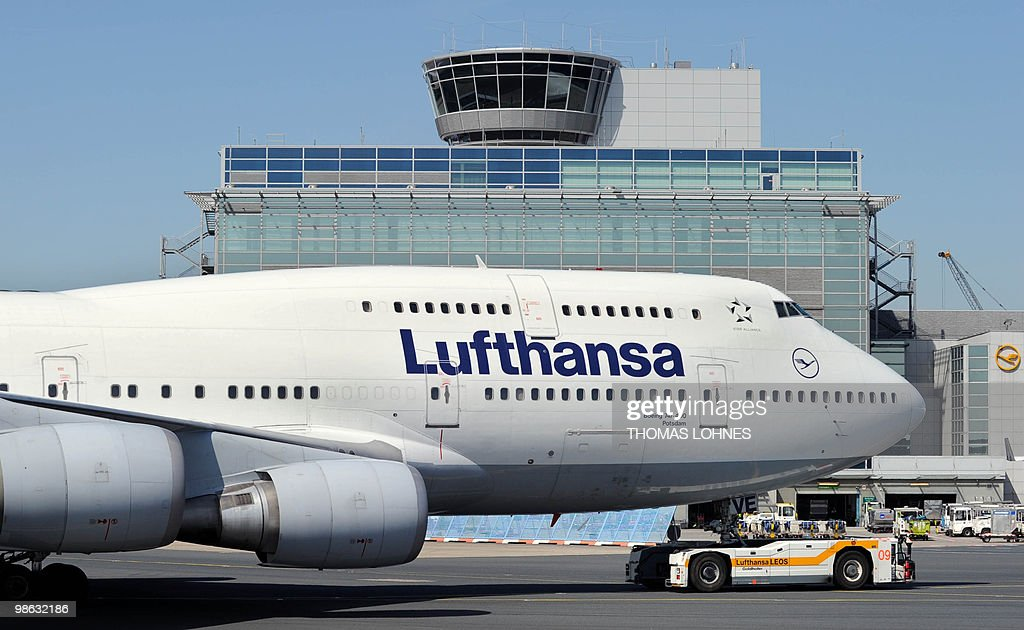 A Lufthansa plane is pulled out of its p : Nieuwsfoto's