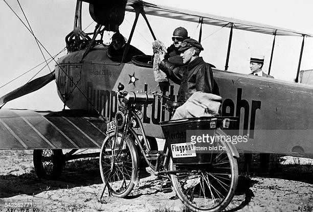 Luftpostdienst Berlin München eines der ersten Postflugzeuge auf dem Flughafen Tempelhof in Berlin 1919