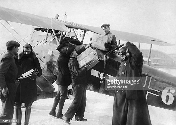 LuftpostDienst BerlinWeimar der Deutschen Luftreederei Der Pilot nimmt die Fracht entgegen März 1919veröffentlicht Berliner Illustrirte Zeitung BIZ...